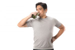 青汁を飲む男性